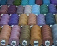 Gekleurde naaiende draden in spoelen, verschillende kleuren Stock Foto's