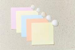 Gekleurde nota's met zeeschelpen op zand Royalty-vrije Stock Foto