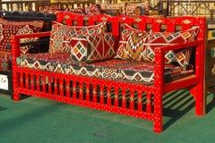 Gekleurde oosterse die bank in een souk wordt gevestigd waar al soort textiel voor het huis kan worden gevonden royalty-vrije stock foto