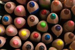 Gekleurde opgehelderde potloden kleurpotloden verschillende kleuren stock foto's