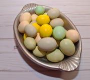 Gekleurde paaseieren in een zilveren dienblad Stock Foto