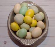 Gekleurde paaseieren in een zilveren dienblad Royalty-vrije Stock Foto's