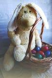 Gekleurde paaseieren in het de mand en Pasen-Konijntje Stock Foto's