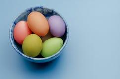 gekleurde paaseieren op een schotel Royalty-vrije Stock Foto