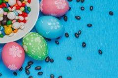 gekleurde paaseieren op een schotel op een blauwe achtergrond Royalty-vrije Stock Fotografie