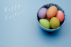 gekleurde paaseieren op een schotel Gelukkige Pasen Royalty-vrije Stock Afbeeldingen