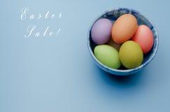 gekleurde paaseieren op een schotel Gelukkige Pasen Royalty-vrije Stock Foto