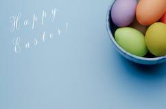 gekleurde paaseieren op een schotel Gelukkige Pasen Stock Fotografie