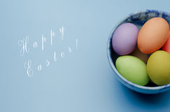 gekleurde paaseieren op een schotel Gelukkige Pasen Stock Foto's