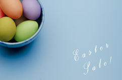 gekleurde paaseieren op een schotel Gelukkige Pasen Stock Afbeelding