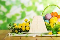 Gekleurde paaseieren, traditionele dessertkaas, bloemen, candie stock afbeeldingen