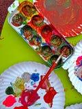 Gekleurde paintbox met penseel 1 Stock Afbeeldingen