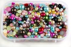 Gekleurde parels in container royalty-vrije stock afbeelding