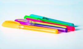 Gekleurde pennen op een witte achtergrond Royalty-vrije Stock Afbeeldingen