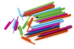 Gekleurde pennen op een witte geïsoleerde achtergrond Stock Foto