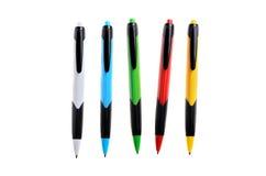 Gekleurde pennen op een witte geïsoleerde achtergrond Royalty-vrije Stock Afbeeldingen
