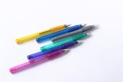 Gekleurde pennen op witte achtergrond Royalty-vrije Stock Afbeeldingen