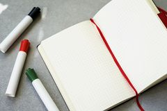 Gekleurde pennen, open schoolnotitieboekje, achtergrond met exemplaarruimte voor tekst Hoogste mening Concept onderwijs stock foto