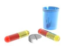 Gekleurde pillen en blauw glas water op witte bac Royalty-vrije Stock Fotografie