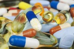 Gekleurde pillen van diverse grootte en vormen Stock Foto