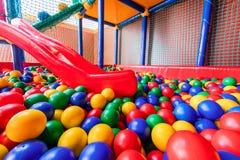 Gekleurde plastic ballen in pool van spelruimte Zwembad voor pret en springend in gekleurde plastic ballen stock fotografie