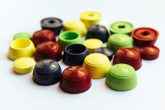 Gekleurde plastic die kappen op witte achtergrond worden geïsoleerd Royalty-vrije Stock Foto's