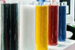 Gekleurde plastic korrels voor de productie royalty-vrije stock afbeelding