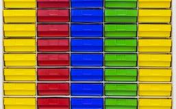 Gekleurde plastic lade die delen in workshop houden Stock Foto's