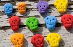 Gekleurde plastic schedels voor de spelen van kinderen Stock Foto