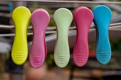 Gekleurde plastic wasknijpers royalty-vrije stock foto