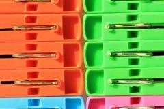 Gekleurde plastic wasknijpers Royalty-vrije Stock Afbeelding
