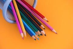 Gekleurde potloden in een bak royalty-vrije stock afbeeldingen