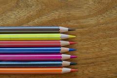 Gekleurde Potloden Horizontale Groepering op een Houten Achtergrond royalty-vrije stock afbeelding