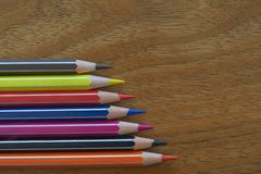 Gekleurde Potloden Horizontale Groepering op een Houten Achtergrond royalty-vrije stock foto