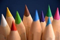Gekleurde potloden op blauwe backround Stock Afbeelding