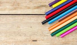Gekleurde potloden op hout Stock Afbeelding