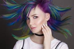 Gekleurde rechte haren Portret van mooie vrouwen met vliegende haren Ombre gradiënt Wit manicureontwerp Royalty-vrije Stock Afbeeldingen