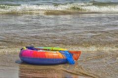 Gekleurde reddingsgordel bij kust Royalty-vrije Stock Foto