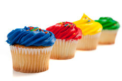 Gekleurde regenboog cupcakes royalty-vrije stock afbeelding