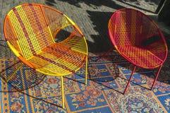 Gekleurde rieten stoel op een deken stock fotografie