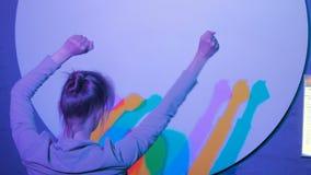Gekleurde schaduwen van dansende vrouw stock footage