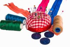 Gekleurde speldekoppen in speldenkussen stock fotografie