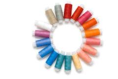 Gekleurde spoelen van draad Stock Foto's