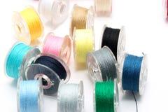 Gekleurde spoelen van draden Stock Foto's