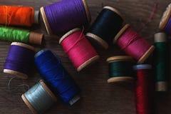 Gekleurde spoelen van draden Stock Fotografie