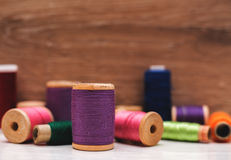 Gekleurde spoelen van draden Stock Afbeelding