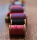 Gekleurde spoelen van draden Royalty-vrije Stock Foto's