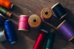 Gekleurde spoelen van draden Royalty-vrije Stock Fotografie