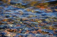 gekleurde stenen onder water Stock Afbeelding