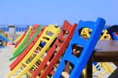 Gekleurde stoelen in Rethymnon, Kreta eiland, Griekenland stock afbeeldingen